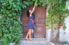 在老门附近的女孩与藤 库存图片