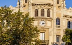 在老门面的时钟在巴塞罗那 免版税图库摄影