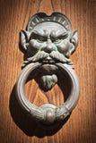 在老门knoker wodden门托斯卡纳-意大利 免版税库存照片