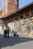 在老防御墙壁上的美术画廊在弗洛里安门旁边,克拉科夫,波兰 免版税库存照片