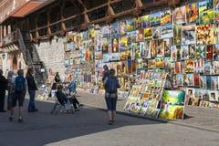 在老防御墙壁上的美术画廊在弗洛里安门旁边,克拉科夫,波兰 图库摄影
