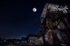 在老难看的东西大厦废墟的满月在巴库在晚上,有阳台的房子 Sovetsky,阿塞拜疆 库存照片
