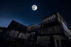 在老难看的东西大厦废墟的满月在巴库在晚上,有阳台的房子 Sovetsky,阿塞拜疆 免版税库存图片