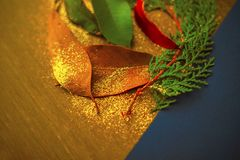 在老难看的东西木头背景的秋叶 难看的东西叶子顶视图在木头的 表面上驱散的闪烁 免版税库存照片