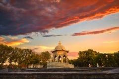 在老颐和园的黄华迷宫的石塔在晚上下覆盖 图库摄影