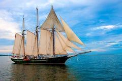 在老风帆样式附近的小船港口 免版税库存照片