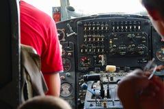 在老飞机的驾驶舱里面 免版税图库摄影