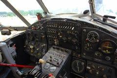 在老飞机的驾驶舱里面 库存图片