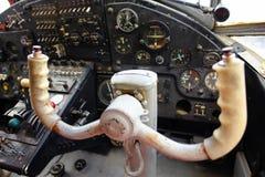 在老飞机的驾驶舱里面 免版税库存图片