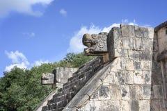 在老鹰乐队的平台和捷豹汽车的石捷豹汽车头雕象在奇琴伊察,墨西哥玛雅废墟  免版税图库摄影