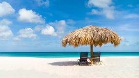 在老鹰海滩,阿鲁巴的秸杆伞 库存图片