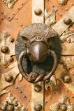 在老鹰等高的中世纪通道门环 免版税库存照片