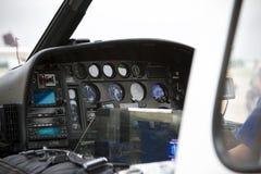在老鹰Med直升机里面的仪表盘 库存图片