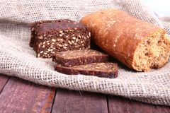 在老麻袋布隔绝的被分类的新鲜面包 图库摄影