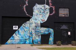 在老黑砖墙绘的未来派街道艺术,罗切斯特纽约上, 2017年 图库摄影