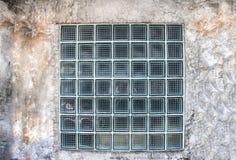 在老水泥墙壁上的大块玻璃建筑设计的 图库摄影