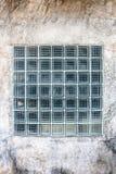 在老水泥墙壁上的大块玻璃建筑设计的 免版税图库摄影