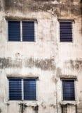 在老水泥墙壁上的蓝色窗口 免版税库存照片