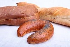 在老麻袋布隔绝的被分类的新鲜面包 库存图片