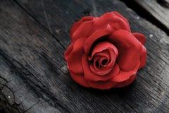 在老年迈的木头的红色玫瑰 免版税库存图片