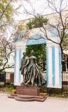 在老Arbat了不起的诗人亚历山大・谢尔盖耶维奇・普希金和纳塔利娅Goncharova的纪念碑 免版税库存图片