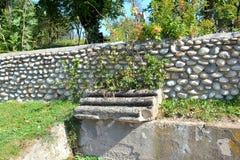 在老Christin教会IV世纪前面在村庄Densus,特兰西瓦尼亚,罗马尼亚 免版税库存图片