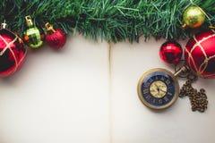 在老Pap空白的圣诞节绿草和怀表  免版税库存图片