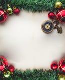 在老Pap空白的圣诞节绿草和怀表  图库摄影