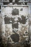 在老parget墙壁上的退色的十字架 图库摄影