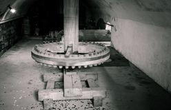 在老watermill里面的磨房轮子 库存照片