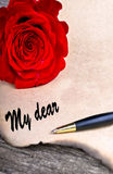在老woodlove信件概念的红色玫瑰在木桌上 免版税图库摄影