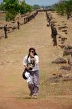 在考古学站点的旅客泰国妇女旅行参观和射击照片 免版税图库摄影