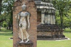 在考古学Sukhothai,泰国公园佛教寺庙的菩萨雕塑  免版税库存照片