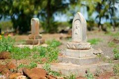 在考艾岛放弃的老中国严重墓石 免版税库存图片