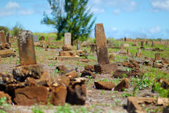 在考艾岛放弃的老中国严重墓石 免版税库存照片