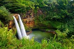 在考艾岛的庄严双Wailua瀑布 库存图片