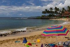 在考艾岛,夏威夷海岛上的晴朗的Poipou海滩公园海滩乐趣  库存照片