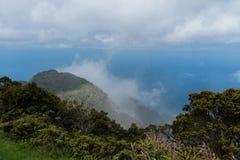 在考艾岛,夏威夷的美好的Kalalau监视远景 免版税库存图片