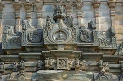 在耆那教的寺庙, Lakkundi,卡纳塔克邦,印度的外壁上的被雕刻的神象 库存图片