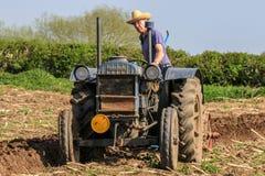在耕的比赛的老蓝色fordson少校拖拉机 库存照片