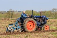 在耕的比赛的老蓝色fordson拖拉机 库存图片