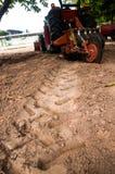 在耕种农业工作期间的耕的重的拖拉机 免版税库存图片