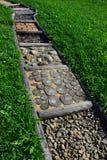 在耕种的草坪的路由各种各样的材料制成例如木头、石头或者腐土被划分对为训练使用的正方形脚 库存图片