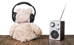 在耳机和收音机的玩具熊 免版税库存照片