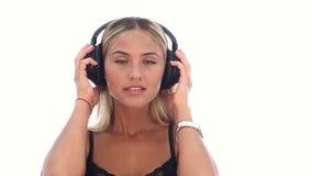 在耳机然后离开headphon的妇女听的音乐 股票视频