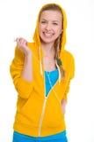 在耳机的微笑的少年女孩听的音乐 免版税库存图片