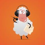 在耳机的快乐的绵羊唱歌在话筒的 免版税库存图片