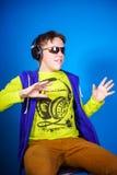 在耳机的感动十几岁的男孩听的音乐 库存照片