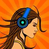 在耳机的流行艺术漫画书样式妇女听的音乐 皇族释放例证