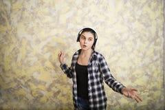 在耳机的青少年的女孩跳舞 免版税库存图片